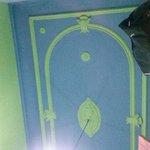 Feos los colores de la habitación.
