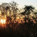 Vista do pôr do sol pela janela do quarto