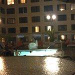 Zona de piscina con mesa para comer o beber algo
