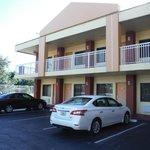 estacionamento e entrada dos apartamentos