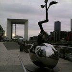 Escultura en La Defénse, con La Grande Arche al fondo, Les 4 Temps a la izq y el CNIT a la derec