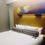 Bonito hotel de diseño con una mesa de billar azul, tienda y revistas de tendencias en el lobby