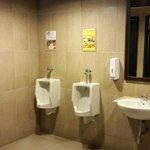 nuansa remang-remang di toilet laki2