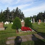 明るい墓地。