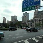 広場を取り囲む道路