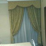 chambre (fenetre en face de l entree de la chambre)
