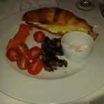 Opção de café da manhã - croissant com salmão defumado