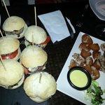 Mini-hamburguesas y tapa de croquetas