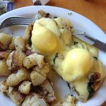Eggs Benedict (with spinach, garlic & bacon) + homefries