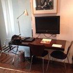 tele escritorio ordenador y libro de intereses turisticoss