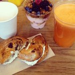 Smoothies, bagel and yogourt