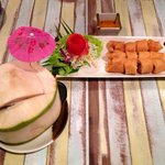 Frühlingsrollen und frischer Kokosnusssaft. Toll dekoriert wie alles, was wir serviert bekommen