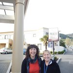 En la puerta del hotel, con Kiara, propietaria.