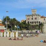 Вид на отель Vila Gale Estoril с пляжа Тамариж