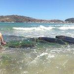 Quando amaré sobe as ondas chegam até a casa que fica no meio das 2 praias