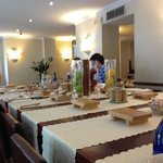 Para el desayuno, mesas altas comunes muy chulas!