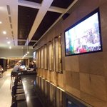O bar do hotel, com uma TV gigante
