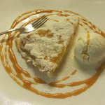 Torta di mele con gelato fior di latte e topping al caramello.