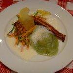 Amuse Gueule des Tages - Kräuter-Ravioli mit Speck-Chilli-Füllung in Knoblauchschaum