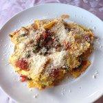 Ravioli di ricotta e spinaci con pomodorini, asparagi e pinoli