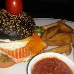 фирменный гамбургер с неркой