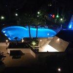 piscine et jardin la nuit
