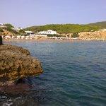 Klippen neben dem Strand