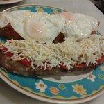 Deliciosas tosta de huevos fritos con pisto y tosta de pimientos con atún y huevo duro