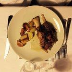 Stinco di maiale al forno con patate arrosto