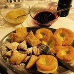 Krapfen e altri dolci fritti con crema di mele cotte e marmellata di mirtilli rossi