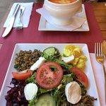 Salade gourmande, soupe du jour.