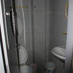 Il bagno con il buco nella porta
