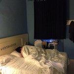 Camera da letto con finestra che dà all'interno di un androne