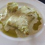 Bacalao con salsa de ajos y acompañado de pastel de patata; salsa muy ligera