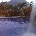 Piscinas del Hotel con vista al Volcan