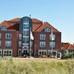 Strandhotel Juister Hof mit Aussenterrasse- Nordansicht