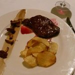 "ribeye steak in ""Conte"" sauce with chanterelles and chips"