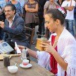 """Paola Cammarano e Umberto Liberti che recitano attorno ad un tavolo del ristorante """"O' Munaciell"""