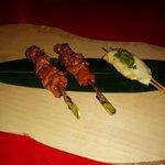 Brochetas de pollo yakitori y de pollo con wasabi