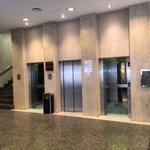 Zona de ascensores frente a sala de estar y escasos metros de la recepción