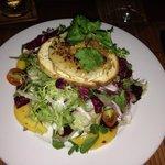 Салат с козьим сыром, гренкой, манго и чем-то сладким как варенье - очень вкусно и очень красиво