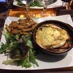 Camembert au four + charcuterie, salade, frite ! Plat et surtout très bon !