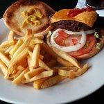 La hamburguesa seca y el queso chamuscado.
