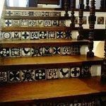 La hermosa escalera que sube al mirador de la casa