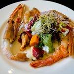 Ensalada de marisco con frutas exóticas y vinagreta de miel