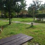 Les chambres donnent au rez de chaussée tout autour de la piscine et du jardin. Petites terrasse