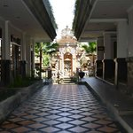 L'entrata, in fondo il tempio bellissimo e i giardini dell'hotel