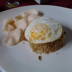 Colazione indonesiana con riso fritto, uovo e chips di gambero.. delizioso!
