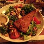 Salade repas avec cantal panné (ça a juste l'air bon mais non...)