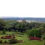 El jardín impecable, con vista al centro de Boquete.